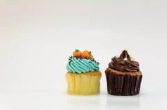 在白色背景的两块杯形蛋糕 库存照片