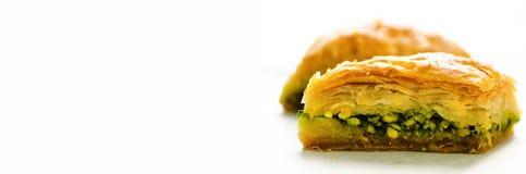 在白色背景的中东点心果仁蜜酥饼 您的文本的空位 钞票 库存照片