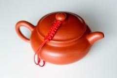 在白色背景的中国黏土茶壶 免版税库存照片