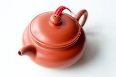 在白色背景的中国黏土茶壶 库存照片