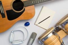在白色背景的乐器 免版税库存图片