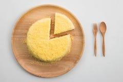 在白色背景的乳酪蛋糕 免版税图库摄影