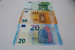 在白色背景的二十五十和一百欧元 免版税图库摄影