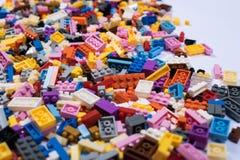 在白色背景的五颜六色的塑料建筑玩具 库存照片