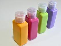 在白色背景的五颜六色的塑料瓶 免版税图库摄影