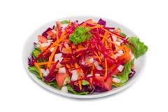 在白色背景的五颜六色的新鲜蔬菜沙拉 免版税库存图片