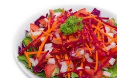 在白色背景的五颜六色的新鲜蔬菜沙拉 免版税库存照片