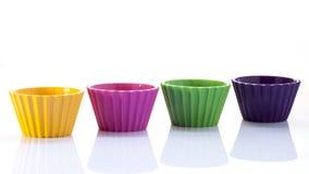 在白色背景的五颜六色的杯子 免版税库存图片
