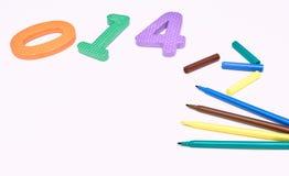 在白色背景的五颜六色的标志与色的数字 画的儿童的标志 复制空间 顶视图 的treadled 免版税库存图片