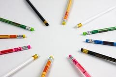 在白色背景的五颜六色的石墨铅笔 免版税库存图片