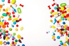 在白色背景的五颜六色的糖果框架 免版税图库摄影