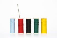 在白色背景的五颜六色的老牌螺纹 免版税库存图片