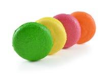 在白色背景的五颜六色的蛋白杏仁饼干 免版税库存照片