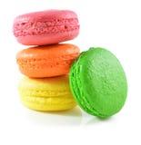在白色背景的五颜六色的蛋白杏仁饼干 库存图片