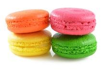 在白色背景的五颜六色的蛋白杏仁饼干 库存照片