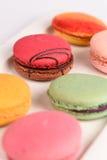 在白色背景的五颜六色的蛋白杏仁饼干 Macaron或蛋白杏仁饼干是s 图库摄影