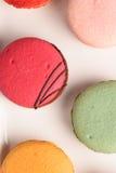在白色背景的五颜六色的蛋白杏仁饼干 Macaron或蛋白杏仁饼干是s 免版税图库摄影