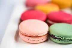 在白色背景的五颜六色的蛋白杏仁饼干 Macaron或蛋白杏仁饼干是s 免版税库存照片