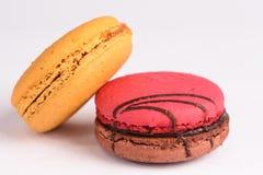 在白色背景的五颜六色的蛋白杏仁饼干 Macaron或蛋白杏仁饼干是s 库存图片