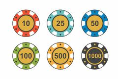 在白色背景的五颜六色的赌博娱乐场芯片 顶视图 免版税库存照片