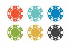 在白色背景的五颜六色的赌博娱乐场芯片 顶视图 库存图片