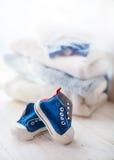 在白色背景的五颜六色的婴孩运动鞋 图库摄影