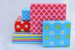 在白色背景的五件色的礼物 免版税库存照片
