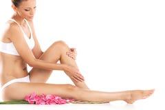 在白色背景的健康女性腿 免版税图库摄影