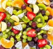 在白色背景的健康新鲜水果沙拉 顶视图 切的背景剪切果子半菠萝 免版税库存图片