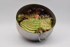在白色背景的健康蔬菜沙拉 免版税库存照片