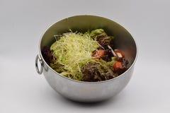 在白色背景的健康蔬菜沙拉 免版税库存图片