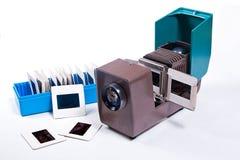 在白色背景的减速火箭的电影放映机 免版税库存图片