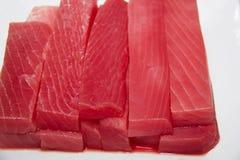 在白色背景的切片未加工的金枪鱼 免版税库存图片