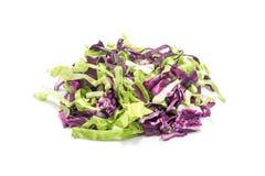 在白色背景的切的绿色和紫色圆白菜 免版税库存图片