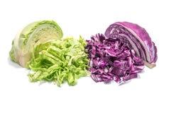 在白色背景的切的绿色和紫色圆白菜 库存照片