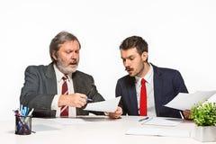 在白色背景的办公室的两个同事 免版税库存照片