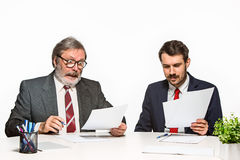 在白色背景的办公室的两个同事 免版税图库摄影