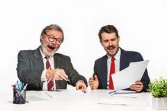 在白色背景的办公室的两个同事 免版税库存图片