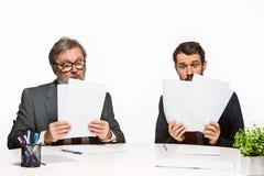 在白色背景的办公室的两个同事 库存照片