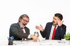 在白色背景的办公室的两个同事 图库摄影