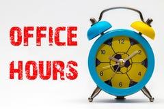 在白色背景的办公时间 减速火箭的闹钟 免版税图库摄影