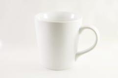 在白色背景的加奶咖啡杯子 免版税图库摄影