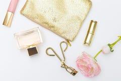 在白色背景的化妆用品和辅助部件pink&gold Lifes 图库摄影