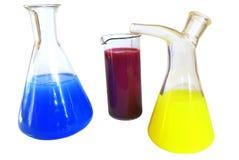 在白色背景的化学玻璃器皿 免版税库存图片