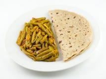 在白色背景的印地安roti和青豆sabzi 库存照片