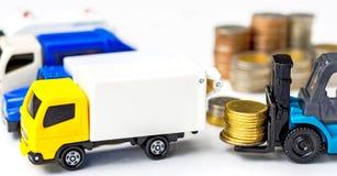 在白色背景的叉架起货车堆积的金黄硬币 图库摄影