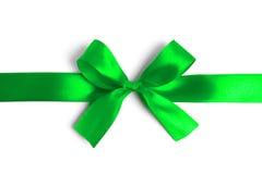 在白色背景的发光的绿色缎丝带 库存图片