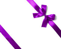 在白色背景的发光的紫色缎丝带 库存照片