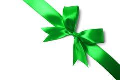 在白色背景的发光的绿色缎丝带 免版税库存图片