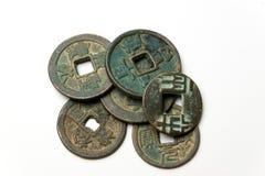 在白色背景的古老中国古铜色硬币 免版税库存照片